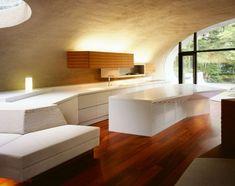 puits de lumière, plafond bois, canapé blanc neige et cuisine moderne