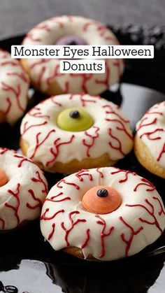 Halloween Donuts, Halloween Desserts, Halloween Food For Party, Christmas Desserts, Halloween Treats, Fun Desserts, Christmas Decorations, Holiday Decor, Christmas Holidays