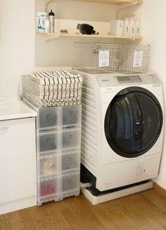 """「壁に付けられる家具」や「パイン材ユニットシェルフ」を使ってスマートに収納&管理。""""ムジラー""""でミニマリストのやまぐちせいこさんが、「無印良品」のアイテムでできる整理整とん術を紹介します。 Bathroom Inspiration, Interior Inspiration, Muji Home, Tidy Up, Aesthetic Rooms, Washroom, Laundry Room, Washing Machine, Interior Decorating"""