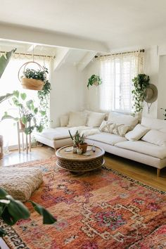 Boho living Room Decor - Which direction should family photos be kept? Boho living Room Decor - How do I soften my living room? Bohemian Living Rooms, Living Room Modern, Rugs In Living Room, Living Room Furniture, Living Room Designs, Home Furniture, Small Living, Furniture Ideas, Upcycled Furniture