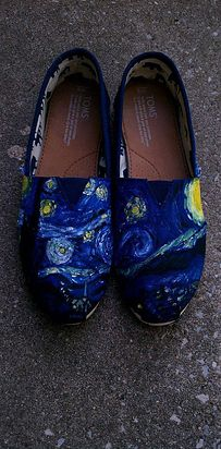 BONNIE WANTS STARRY NIGHT You could always Gogh with a pair of these: | Community Post: 33 Pairs Of Unbelievably Beautiful Custom TOMS Estilo Grunge, Painted Toms, Hand Painted, Toms Classic, Toms Outfits, Cute Outfits, Fashion Outfits, Tangled Lanterns, Tennis Vans