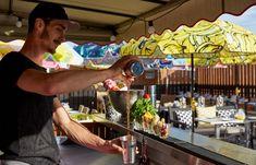 Diese 5 Rooftop-Bars sollten auf die Bucketlist - The Chill Report Rooftop Restaurant, Rooftop Bar, Rooftop Design, Barbecue, Summer Time, Paris Metro, Shelter, Chill, Modern Design