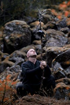Kvitrafn - Norwegian mystic, front figure of Wardruna, who made soundtracks for the HISTORY TV-series The Vikings. Wicca, Male Witch, Traditional Witchcraft, Vikings Ragnar, Viking Culture, Old Norse, Asatru, Viking Age, History Channel