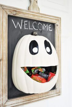 Dress up your home for Halloween with these DIY Halloween door decorations. We've got tons of front door Halloween decoration ideas to make your house the most festive on the block. Spooky Halloween, Halloween Crafts For Kids, Halloween Home Decor, Holidays Halloween, Halloween Pumpkins, Holiday Crafts, Holiday Fun, Halloween Party, Halloween Dorm