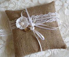 Rusztikus gyűrűpárna csipkével és gyönggyel, zsákvászon anyagból - wedding, vintage, burlap
