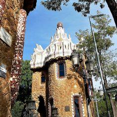 03 Parque Güell Pabellón de Portería 05 13088 - Parque Güell (Park Güell) Calle Olot, Monte del Carmel, Barcelona  Arquitecto: Antoni Gaudí con la colaboración de Josep Maria Jujol, Francesc Berenguer, Joan Rubió y Llorenç Matamala.