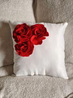 cum sa inveselesti camera ce e mai frumos decat niste flori Black Pillows, Cute Pillows, Diy Pillows, Sofa Pillows, Decorative Throw Pillows, Cushions, Diy Arts And Crafts, Felt Crafts, Diy Crafts