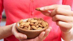 Schlaganfall: Kaliumreiche Lebensmittel wie Mandeln senken den Blutdruck.  (Quelle: Thinkstock by Getty-Images)
