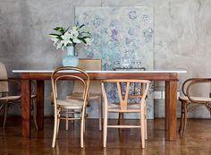 O cimento queimado das paredes ganhou a companhia do grande quadro, que faz o cenário para a sala de jantar. Projeto da arquiteta Fernanda Neiva (Foto: Lufe Gomes/Casa e Jardim)