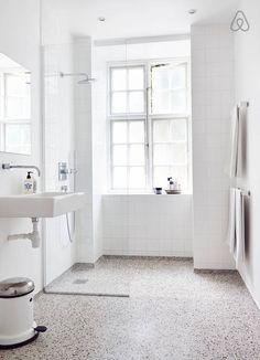 Se lige det her fede opslag på Airbnb: Smuk familielejlighed på Østerbro i Copenhagen