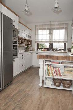 półwysep w kuchni,wyspa kuchenna na toczonych nogach,półwysep kuchenny z debowym blatem,masywny blat z drewna na wyspie kuchennej,wyspa kuchenna z półkami na kucharskie książki,pomysl na wyspękuchenną,biała wyspa kuchenna z drewnianym blatem,aranzacja pieknej kuchni,rustykalna kuchnia,nowoczesna kuchnia w rustykalnym stylu,lodówka w kolorze stali szczotkowanej