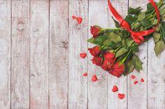 Bouquet de rosas com um laço vermelho Foto gratuita