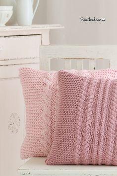 Wunderbares Kissen mit aufwendigen Zopfmuster  beidseitig Handgestrickt.  40x40 ohne Inlett. 100% Baumwolle Farbe: rosa Waschbar bei 40 Grad  Die Deko auf den Bildern ist nicht im Preis...