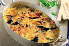Σαγανάκι φούρνου με μελιτζάνες και καπνιστό τυρί. Ένα καλοκαιρινό και πεντανόστιμο πιάτο για το οικογενειακό ή και επίσημο τραπέζι σας.  Υλικά συνταγής  2 μεγάλες φλάσκες μελιτζάνες σε φέτες 0,5 εκ.  1 κουτί ντοματάκια κονκασέ ή 3 φρέσκες ντομάτες  1 Savoury Dishes, Vegetable Dishes, Vegetarian Recipes, Cooking Recipes, Greek Cooking, Greek Dishes, Fast Dinners, Eggplant Recipes, Happy Foods