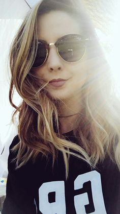 i love her sunglasses I just love her overall to be honest 😍 Zoella Hair, Zoella Beauty, Zoella Makeup, Zoe Sugg, Famous Youtubers, Girl Online, Celebs, Celebrities, Girl Crushes