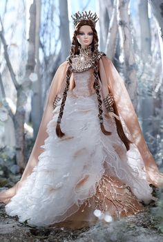 Lady of the White Woods Barbie Doll beautiful crown and neckpeace.  Boring all the same ballgown dress. So sad.