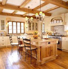 Drewniana, przytulna kuchnia.