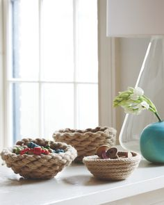 ロープをぐるぐると巻いて作るバスケット。実はお家で簡単に作れちゃうんです♪サイズや色など自分の好きなように作れるのが特徴です。今回は、「ミシン」「手縫い」「ボンド」と、作りやすさ別にいくつかDIY方法をご紹介します。小さなバスケットはアクセサリーや小物入れに。大きめのバスケットにはフルーツを入れてキッチンに飾ったり。インテリアのポイントとしても大活躍♪幅広い用途で使えるバスケットなので、ぜひ作ってみて下さいね!
