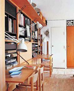 Porta da estante vira mesa para estudo!