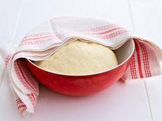 Hefeteig Grundrezept  Hefeteig - Zutaten für 1 Backblech:         500 g Mehl     75 g Zucker     1 Prise Salz     1 Würfel (42 g) frische Hefe     200 ml lauwarme Milch     100 g weiche Butter oder Margarine     2 Eier (Größe M)