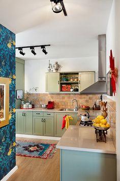 המטבח שודרג במינימום הוצאות בעזרת דלתות שנצבעו מחדש, שטיח אתני ואקססוריז | צילום: בועז לביא | סטיילינג לצילום: אירית כהן