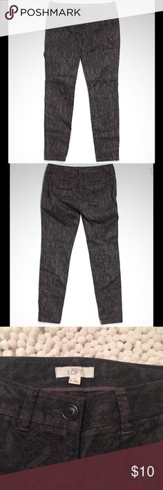 """Ann Taylor Loft Casual Pants Gorgeous printed Loft pants. Skinny leg cut and mid rise waist. Size 0P and 27"""" inseam. 97% cotton and 3 % spandex. Black and gray/purplish. Like new Ann Taylor Pants Skinny"""