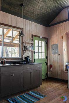 ¡Esta adorable casa tiene una sala de baño de tamaño completo!