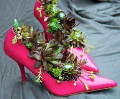 Sie können mit der Hilfe der alten Damenschuhe, Sportschuhe oder Stiefel ein Blumenbeet anlegen, indem Sie zu Hause oder im Garten eine unansehnliche Ecke