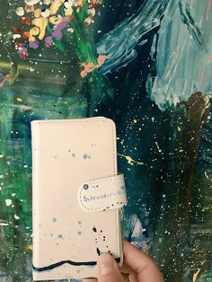 念願のスマホケースを📱昨夜やっと手に入れましてん😘 しかも近藤康平さんとシュローダーヘッズのコラボグッズなんて嬉しさもダブルんです。 わ〜い、記念に絵をバックにパチリん♡
