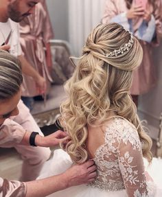 like this hair piece Bride Hairstyles With Veil, Quince Hairstyles, Down Hairstyles, Trendy Hairstyles, Wedding Hairstyles For Long Hair, Elegant Wedding Hair, Wedding Hair Down, Wedding Hair Pieces, Wedding Hair And Makeup