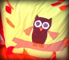 Progetto REALIZZATO: cuscini con stoffe di recupero (non tutte, la maggior parte). Tutto di testa mia, gufetto - tre anni fa non andava neanche di moda- e foglie cucite solo al centro,  svolazzanti e autunnali. Adesso è più strapazzato, dopo tanti lavaggi, ma ancora simpatico ♡♡♡ creazione di  NadiaSempriniDreamer #sodreamerstyle ♡♡♡