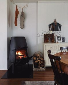 minimaler Weihnachtsdekor Source by blessedisshe__ Country Farmhouse Decor, Rustic Decor, Fireplace Beam, Hygge Home, French Decor, Rustic Interiors, Little Houses, Decoration, Home Accents