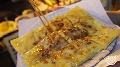 roti gluay ~ banana prata is actually also sweeter as it is toppe with condensed milk . theu also have options such as honey , nutella , chocolate , coconut , sugar and much more . want toadd an egg to it , no issue as well , do lookout for the menu at the food cart and order something to your prefernce . the final product presented is just so appealing . light , crispy and delicious .
