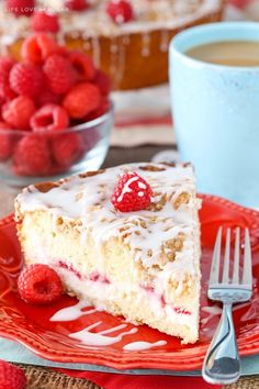 Raspberry Cream Cheese Coffee Cake - raspberries and sweet cream cheese filling layered into a soft and moist streusel topped coffee cake! ~ Life, Love and Sugar Cream Cheese Coffee Cake, Cream Cheese Filling, Cream Cake, Raspberry Coffee Cakes, Coffee Cupcakes, Breakfast Cake, Perfect Breakfast, Breakfast Recipes, Sweet Breakfast