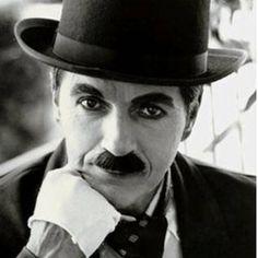 Sir Charles Spencer Chaplin, KBE, mais conhecido como Charlie Chaplin (Londres,3 16 de abril de 1889 — Corsier-sur-Vevey1 , 25 de dezembro de 1977), foi um ator, diretor, produtor, humorista, empresário, escritor, comediante, dançarino, roteirista e músico britânico. Chaplin foi um dos atores mais famosos da era do cinema mudo, notabilizado pelo uso de mímica e da comédia pastelão. É bastante conhecido pelos seus filmes O Imigrante, O Garoto, Em Busca do Ouro (este considerado por ele seu…