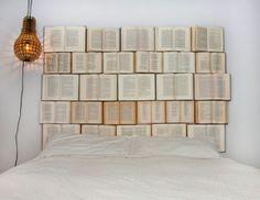 Snygg sänggavel gjord av böcker.