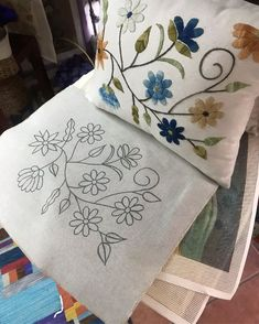 Hand Embroidery Patterns Flowers, Hand Embroidery Videos, Hand Work Embroidery, Hand Embroidery Stitches, Hand Embroidery Designs, Machine Embroidery, Cushion Embroidery, Embroidered Cushions, Crewel Embroidery