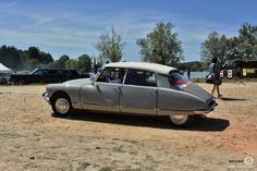 Citroën DS à Marçon Classic #MoteuràSouvenirs Reportage : http://newsdanciennes.com/2016/08/16/marcon-classic-2016-les-anciennes-ne-font-pas-le-pont/ #Voiture #Ancienne #ClassicCar