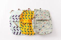⇌ 印花樂第一款絕對講求實用度的背包傑作。 在維持品牌簡練線條的風格前提下,做出最多最實用的口袋與夾層。袋蓋有拉鏈口袋,袋身為直覺式的抽繩束口收合。最特別的設計,是背面下方的拉鏈暗袋,當背著背包時,還可以直接伸手到背後取出鑰匙、手機、零錢...等隨身小物。 週末放假,就背著這款包包出遊吧!  ⇌ 「...