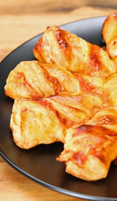 Pizza Puff Pastry Twists Try These Tasty Treats For Your Super Bowl Party Appetizer Recipes, Snack Recipes, Cooking Recipes, Appetizers, Pastry Recipes, Potluck Recipes, Puff Pastry Pizza, Choux Pastry, Shortcrust Pastry