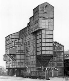 How could I only have just discovered the extraordinary photographs Bernd &Hilla Becher took of industrial buildings? Building Art, Building Structure, Amazing Architecture, Modern Architecture, Bernd Und Hilla Becher, Industrial Architecture, Industrial Photography, Art Photography, Exterior