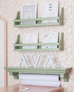 A última do quartinho com móveis e acessórios da @ripopi que publicamos hoje. Prateleiras verde menta para acomodar os livrinhos, o nome da pequena e rolo de craft. Vem ver mais fotos e ideias: www.babieskids.cz!💕💕💕#decor #decoração #kidsroom #quartoinfantil