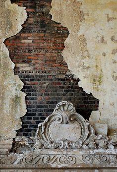 Mais uma vez as camadas e texturas. Sua capacidade de revelar histórias e expor uma memória que é da própria matéria, como a parede que perde seu reboco e revela seus tijolos, suas vísceras.