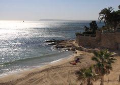 Playa Albufereta. Alicante.   Situada en el barrio de la Albufereta, es una playa de arena de 423 metros de longitud y 20 metros de ancho muy resguardada de las mareas. Se encuentra muy cerca del Tossal de Manises