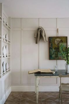 vintage white walls in an old house Farrow Ball, Farrow And Ball Paint, Shadow White Farrow And Ball, Clunch Farrow And Ball, Farrow And Ball Bedroom, Farrow And Ball Kitchen, Trending Paint Colors, New Paint Colors, Wall Colors