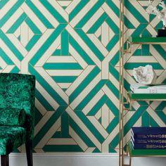"""Un papier peint très art déco, à motifs verts, blancs et dorés, """"Wynwood"""" collection Cosmopolitan chez Nobilis"""