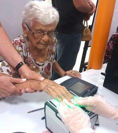 O Poupatempo Mogi Guaçu teve o orgulho de receber hoje a Senhora Tereza Diniz Pereira da Silva, de 97 anos. Com um lindo sorriso, gentileza e muito carisma, ela alegrou a tarde dos colaboradores da unidade. Cidadania, no Poupatempo, é para todas as idades. Parabéns Dona Tereza e volte sempre que precisar!