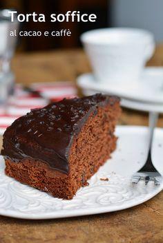 Torta soffice al cacao e caffè per una dole colazione