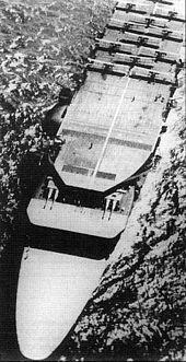El Akagi navegando en el año 1929 con aviones en la cubierta de vuelo superior y las dos torretas de artillería sobre la cubierta de vuelo media.