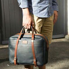 http://jamaisvulgaire.com/trouver-son-style-blog/inspiration-mode-homme/short-beige-et-chemise-chambray-une-tenue-de-we-simple-pour-accompagner-ce-sac-bleu-de-chauffe-au-contraste-de-couleurs-impeccable/